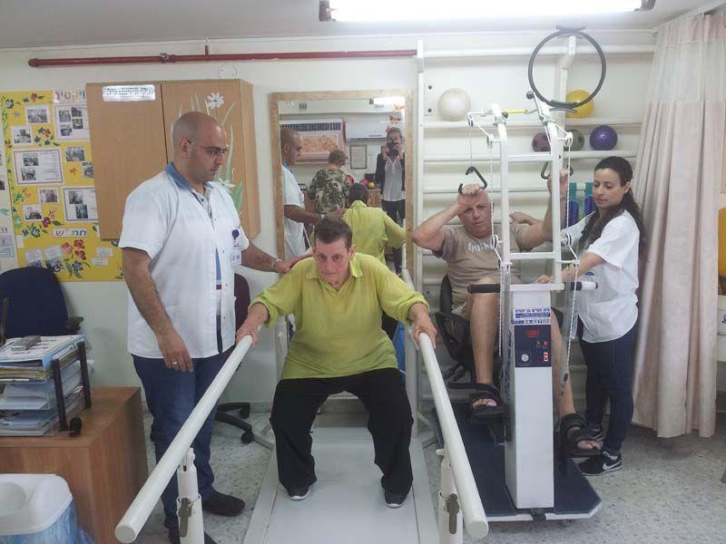 תרגילי עמידה, שיווי משקל והליכה טיפולית בעזרת מקבילים